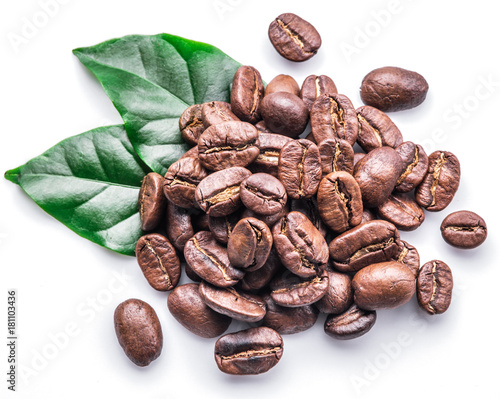 Foto Roasted coffee beans and leaves on white background.