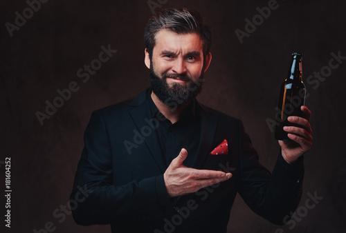 A man in a black suit presenting craft beer. Fototapete