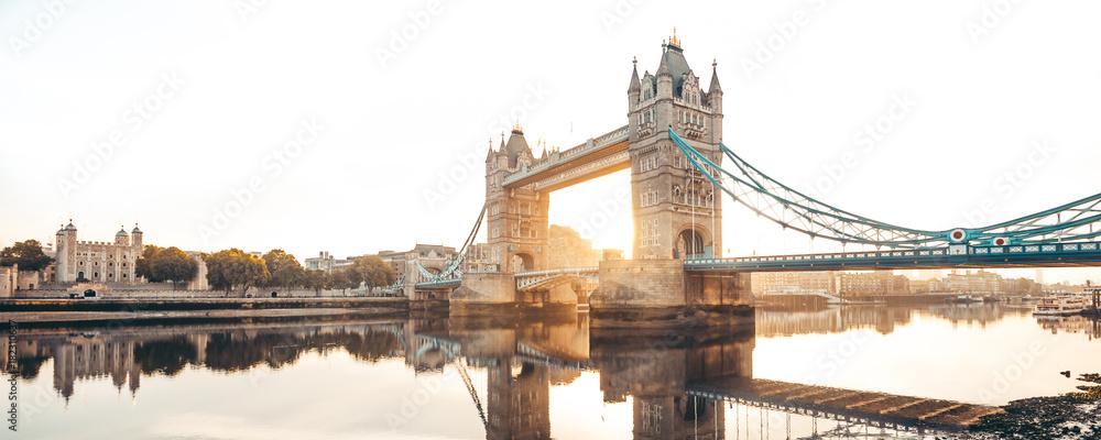 Tower Bridge w Londynie <span>plik: #182310637 | autor: kbarzycki</span>