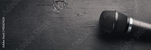 Naklejka na szafę Mikrofon na drewnianym czarnym stole