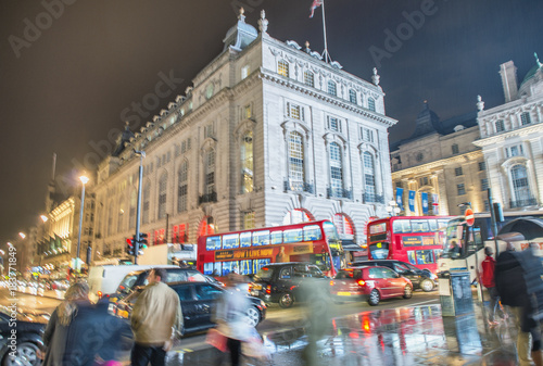 LONDON - OCTOBER 2013: Tourists walk in Piccadilly Circus, long exposure view фототапет