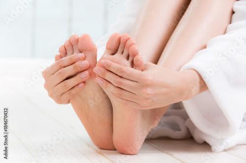 足裏を触る女性 Fototapet