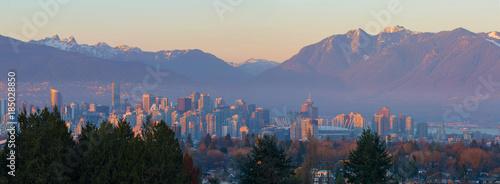 Fototapeta premium Vancouver BC Downtown Cityscape w Sunset Panorama Kolumbia Brytyjska w Kanadzie