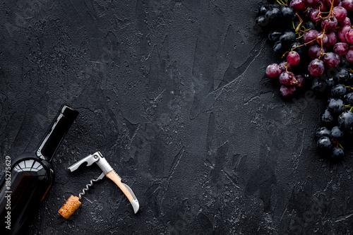 Foto Uncorking the wine bottle