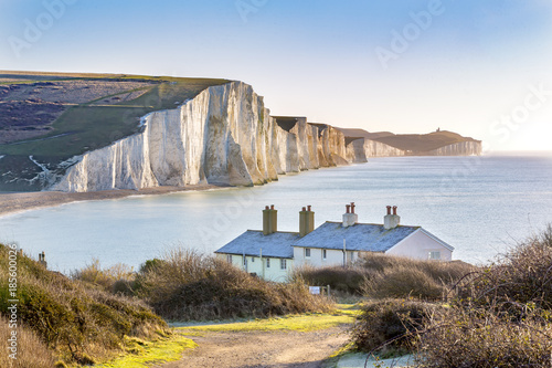 The Coast Guard Cottages and Seven Sisters Chalk Cliffs just outside Eastbourne, Sussex, England, UK Fototapet