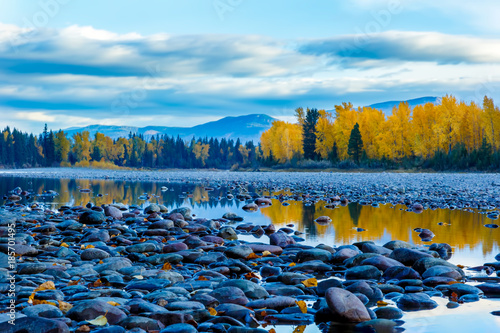 Photo River rocks and color reflection on Flathead River, Montana in autumn with color