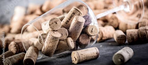 Valokuva Wein und Champagner Korken auf dunkelem Hintergrund (Wein Konzept)