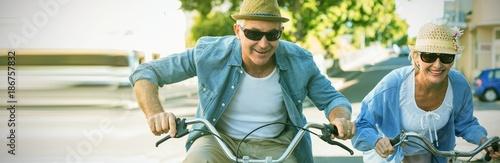Szczęśliwa dojrzała para idzie na przejażdżkę rowerem po mieście