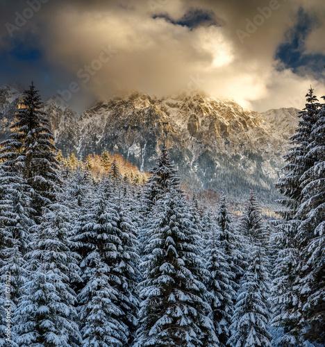 Fototapeta premium Góry z śniegiem w zmierzchu