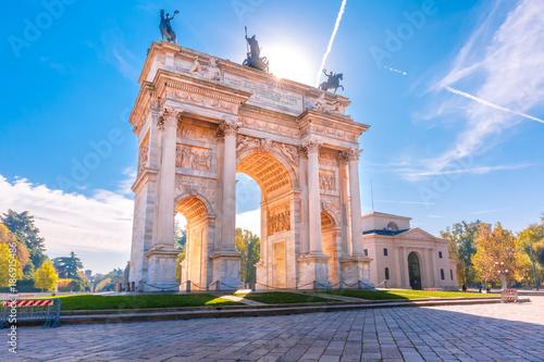 Fototapeta premium Łuk Pokoju lub Arco della Pace, brama miejska w centrum Starego Miasta w Mediolanie w słoneczny dzień, Lombardia, Włochy.