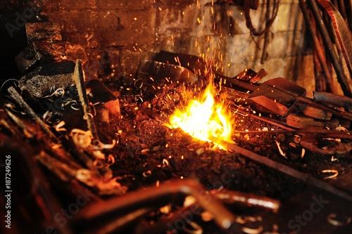 Fotografia blacksmith tools in a hot oven close-up