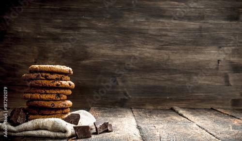Photo Oatmeal cookies with chocolate.