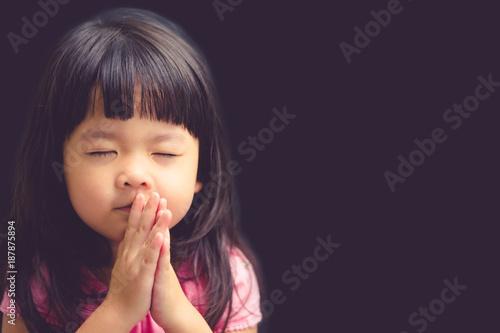 Little girl praying in the morning Fototapeta