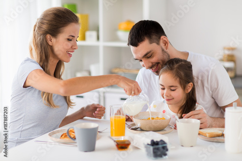 Fotomural happy family having breakfast at home