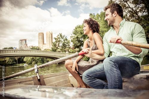Fotografia Happy couple taking a boat ride in Central park, New york
