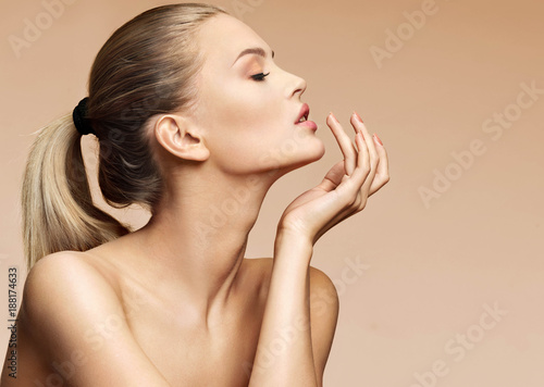 Fotografia Attractive young woman in profile touching her lips