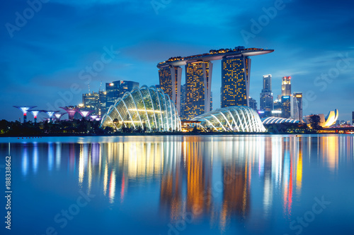 Photo Singapore city skyline at dusk, Singapore