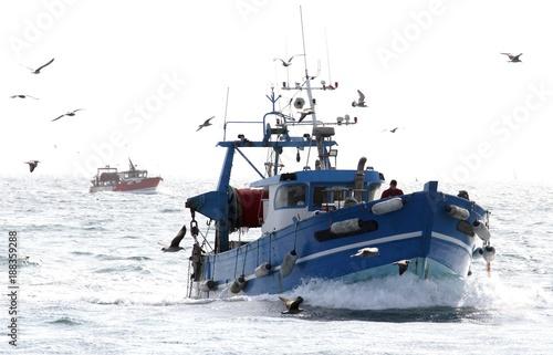 chalutiers en mer pris à contre-jour Fototapeta