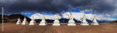 Photo tibetan stupa with mountain view at deqin, china