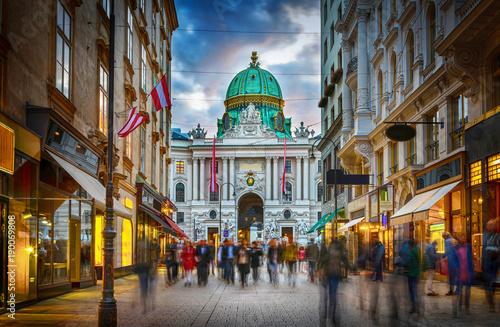 Fototapeta premium Strefa dla pieszych Herrengasse z widokiem na cesarski pałac Hofburg w Wiedniu, Austria.