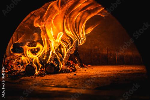 fuoco nel Forno a Legna della pizzeria