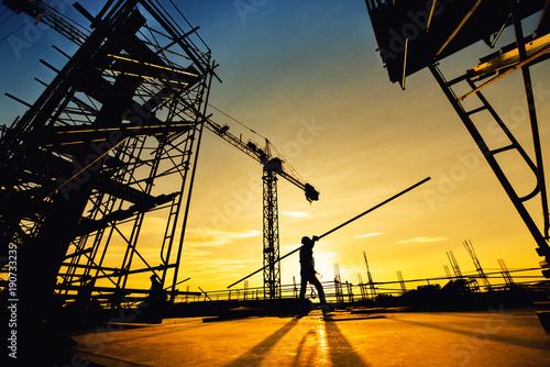 Fotografia silhouette construction worker Concrete pouring during commercial concreting flo