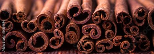 Valokuva cinnamon sticks, banner