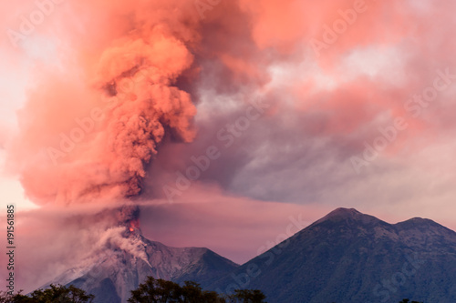 Fotografia Fuego volcano erupting at dawn, near Antigua, Guatemala