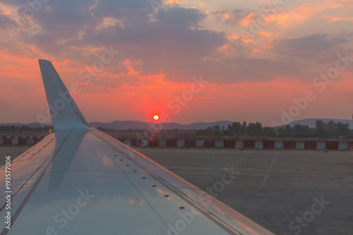 Fototapeta premium Flugzeug Flügel im Sonnenuntergang