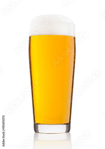 Photo Cold glass of lager ale beer with foam and dew