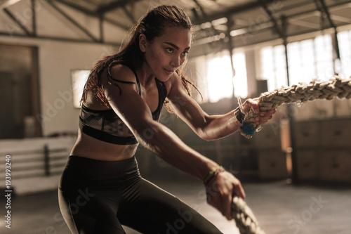 Sprawności fizycznej kobieta używa batalistyczne arkany dla ćwiczyć