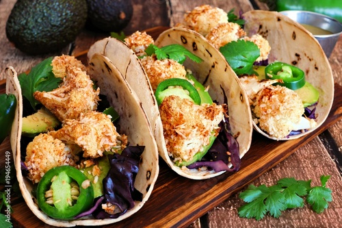 Fotografia Roasted coconut cauliflower tacos