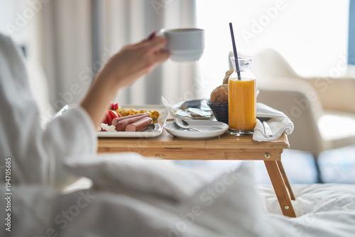 Breakfast in bed, cozy hotel room Fototapete