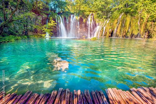 Plakat Niesamowicie piękny krajobraz z wodospadem w Plitwicach w Chorwacji