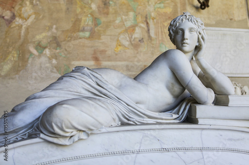 Photo Sculpture of a beautiful naked woman in a greek style