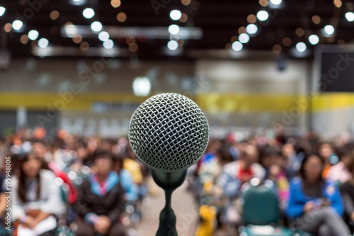 Fotografia Microphone over the Abstract blurred photo of conference hall or seminar room in