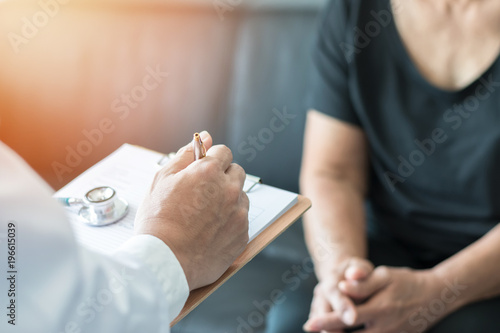 Fotografia Geriatric doctor (geriatrician) consulting and diagnostic examining elderly seni