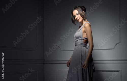 Fotografia Beautiful female model wear evening dress and posing in stylish room