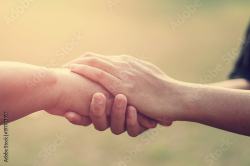Photo people old and young hand holding with sunset background