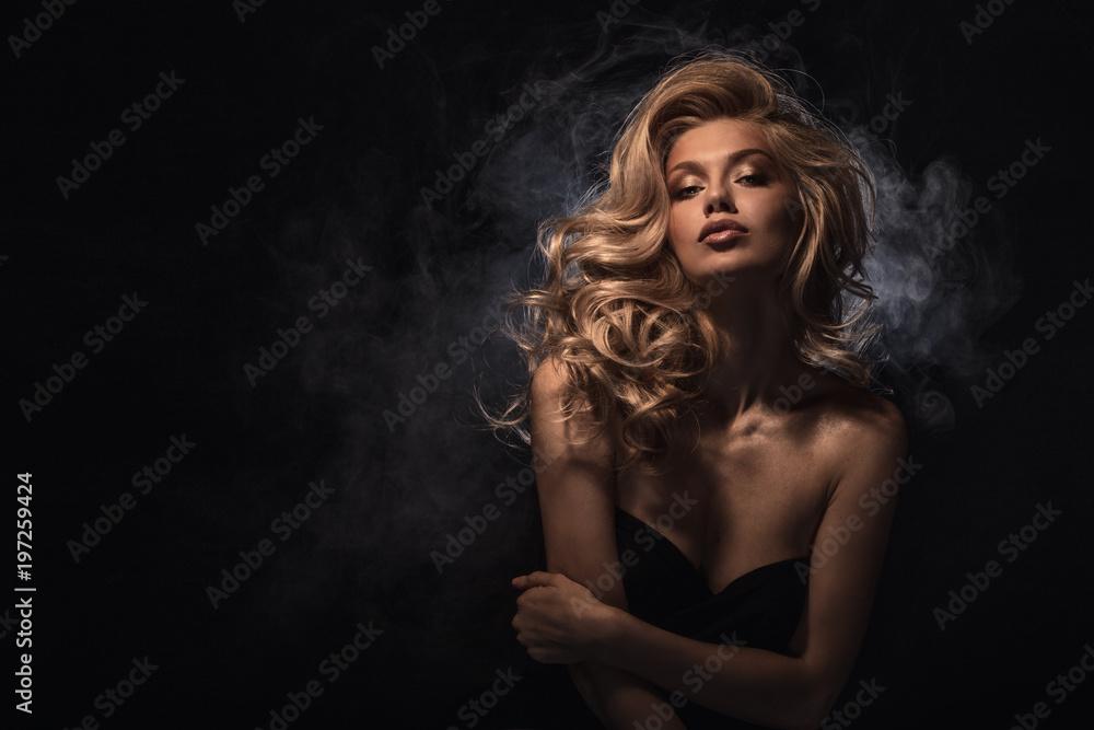 Beauty headshot of fashion blonde model - obrazy, fototapety, plakaty