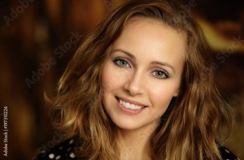 Portret pięknej uśmiechniętej kobiety