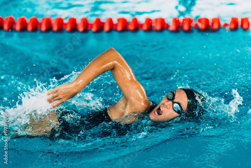 Photo Professional swimmer, swimming race, indoor pool