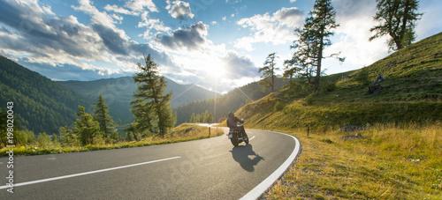 Fototapeta premium Kierowca motocykla jazda w alpejskiej autostradzie, Nockalmstrasse, Austria, Europa.