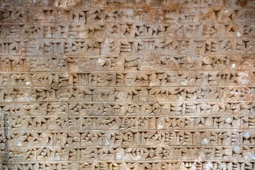 Fotografia Assyrian inscriptions on marble stone