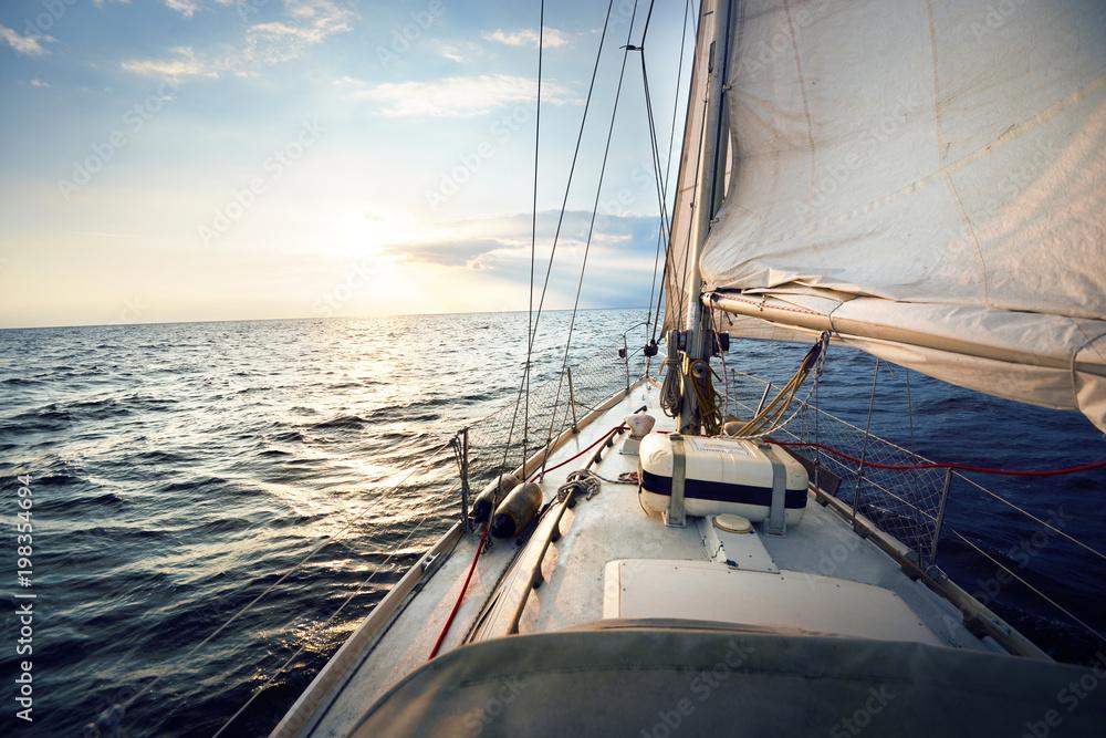 Fototapeta premium Widok z pokładu jachtu o zachodzie słońca