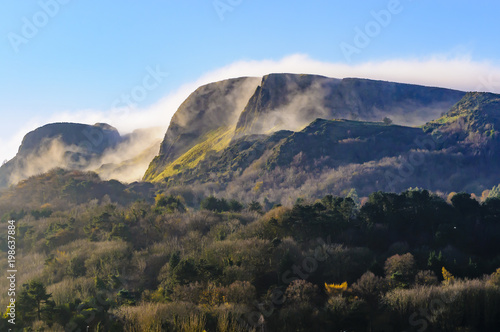 Stampa su Tela Mist/low clouds roll over Napoleon's Nose, Cave Hill, Belfast in late autumn s