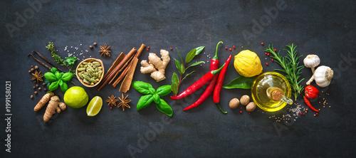 Fototapeta Świeże aromatyczne zioła i przyprawy do gotowania na ciemnym tle szeroka
