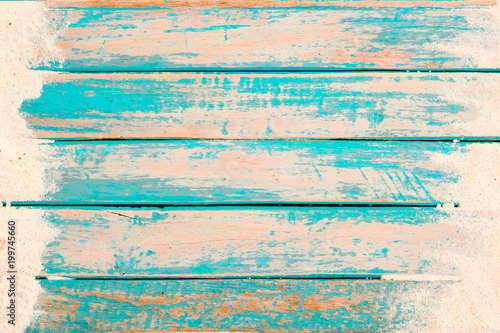 Fotografia Beach background - top view of beach sand on old wood plank in blue sea paint background