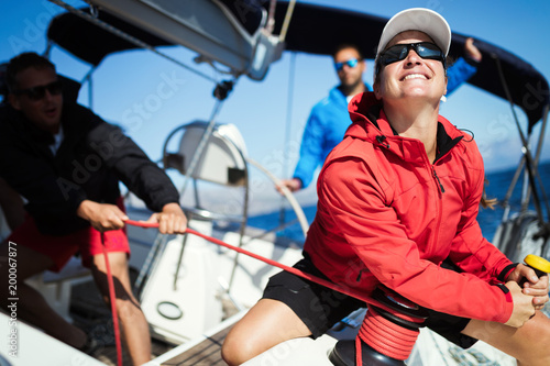 Fotografia Attractive strong woman sailing with her boat
