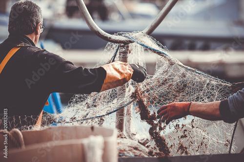 Canvas Print Pêcheurs en train de manipuler leur filet